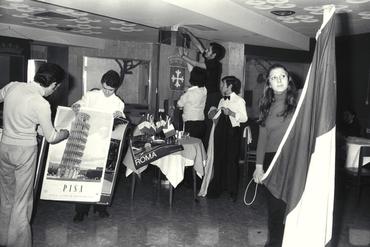 Imatges del reportatge 779369 - Nois i noies ambientant una sala amb motius italians