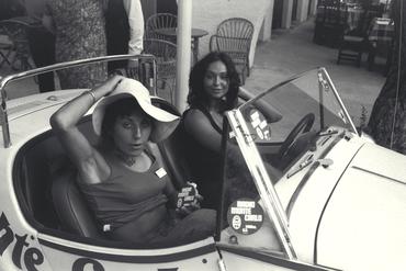 Imatges del reportatge 779194 - Dues turistes amb cotxe