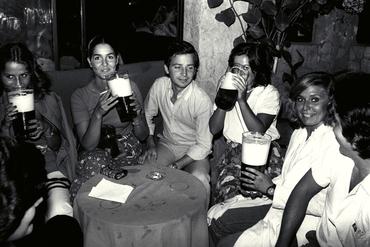 Imatges del reportatge 779389 - Grup de persones bevent cervesa en un bar