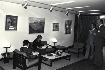 Imatges del reportatge 779209 - Interior d'una sala amb quadres a les parets