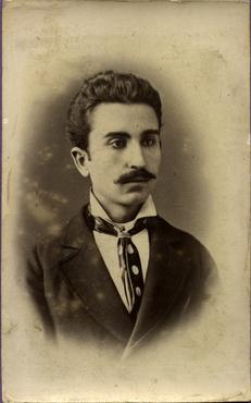 Imatge 47389 - Retrat d'estudi d'un home amb bigoti