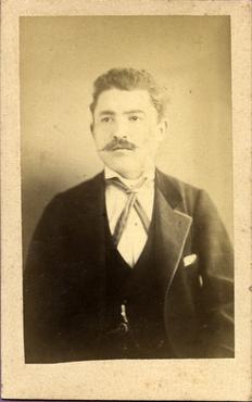 Imatge 47405 - Retrat d'un home amb bigoti
