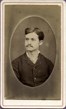 Imatge 47420 - Retrat d'un home amb bigoti