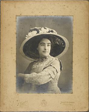 Imatge 47454 - Retrat d'una dona amb barret