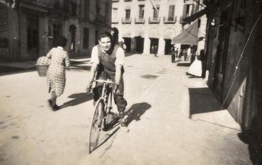 Imatge 51858 - Noi amb bicicleta en un carrer