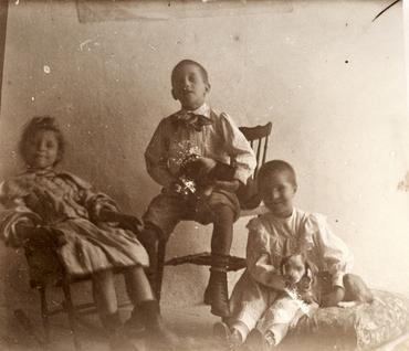 Imatge 51898 - Retrat de tres nens amb un gos