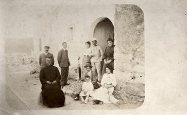 Imatge 51899 - Retrat de grup davant la porta d'una casa