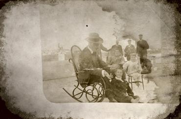 Imatge 51900 - Retrat de grup en el pati d'una masia