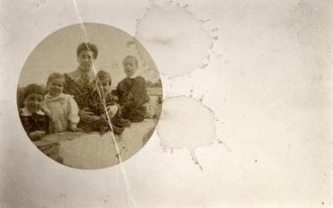 Imatge 51901 - Retrat d'una dona amb quatre nens