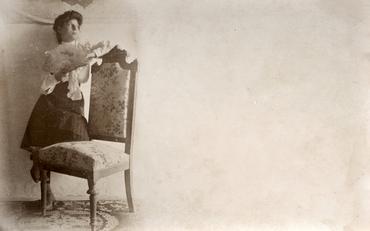 Imatge 51906 - Retrat d'una noia recolzada a una cadira