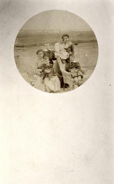Imatge 51907 - Retrat de dues dones amb nens