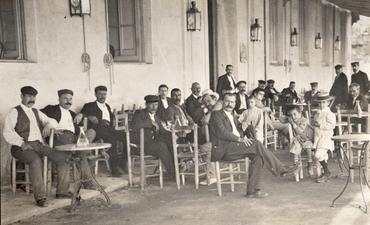 Imatge 51909 - Homes i nens asseguts a la terrassa d'un bar