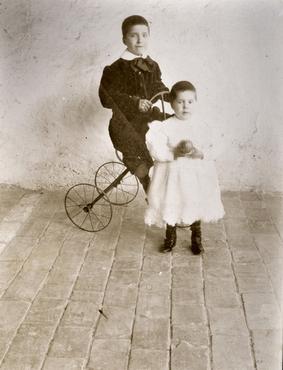 Imatge 51919 - Retrat de dos nens amb una pilota i un tricicle