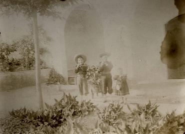 Imatge 51921 - Retrat de tres nens en un pati
