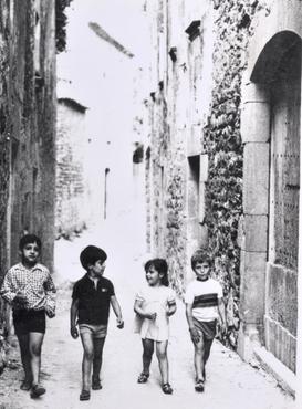 Imatge 51944 - Grup de nens caminat per un carrer