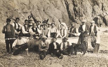 Imatge 51957 - Retrat de grup de pescadors en una platja