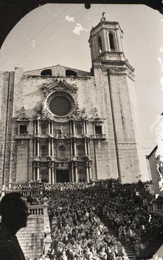 Imatge 51958 - Vista general de les escales de la catedral de Girona amb multitud de gent asseguda