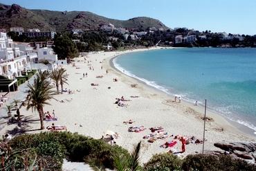 Imatges del reportatge 781147 - Banyistes a la platja de l'Almadrava