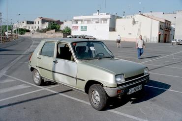 Imatges del reportatge 781369 - Cotxe abandonat mal aparcat