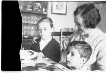 Imatge 53431 - Retrat de Carme Canals Guich amb els seus fills, Maria Carme i Francesc