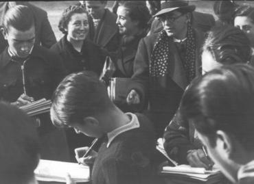 Imatge 54705 - Professor i estudiants durant una classe a l'aire lliure als jardins de la Devesa de Girona