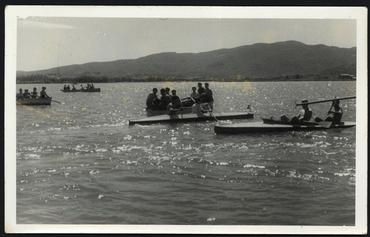 Imatge 54753 - Gent amb barques de rem i de passeig a l'estany de Banyoles