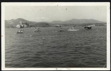 Imatge 54754 - Gent amb barques de rem i de passeig a l'estany de Banyoles