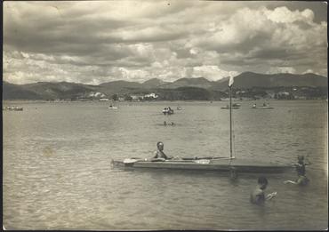 Imatge 54756 - Gent banyant-se, amb barques de rem i de passeig a l'estany de Banyoles