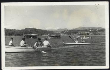 Imatge 54757 - Gent amb barques de rem i de passeig a l'estany de Banyoles
