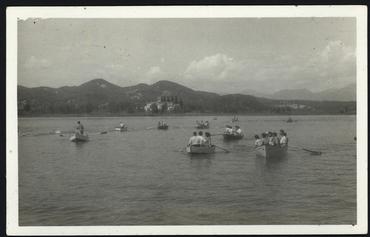 Imatge 54758 - Gent amb barques de passeig a l'estany de Banyoles