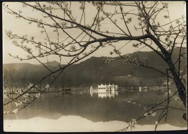 Imatge 54781 - Vista parcial de l'estany de Banyoles i la pesquera Marimon