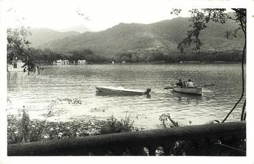 Imatge 54787 - Vista parcial de l'estany de Banyoles amb barca de passeig i llanxa