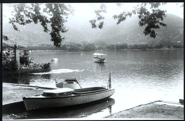 Imatge 54789 - Vista parcial de l'estany de Banyoles amb barques