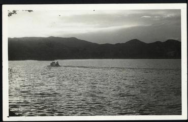 Imatge 54798 - Gent amb llanxa a l'estany de Banyoles