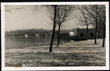 Imatge 54805 - Vista parcial de l'estany de Banyoles des del passeig nevat