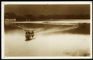 Imatge 54816 - Gent amb barques de passeig a l'estany de Banyoles