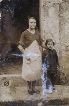 Imatge 54890 - Retrat de Carme Arbell amb una nena davant l'entrada del domicili familiar a Banyoles