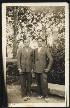 Imatge 54895 - Retrat de dos nois a la font Pudosa de Banyoles