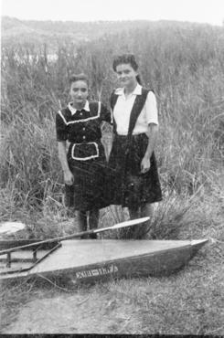 Imatge 54896 - Retrat de dues noies amb una piragua i un rem a l'estany de Banyoles