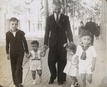 Imatge 54899 - Retrat de Josep Vilarrubias amb els seus fills en un carrer