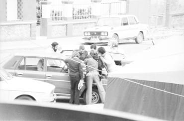 Imatges del reportatge 777446 - Homes arreglant un cotxe