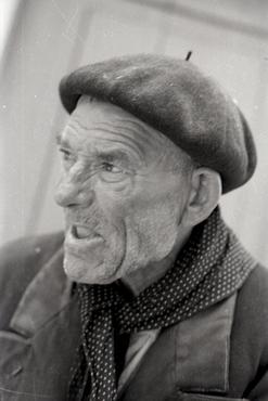 Imatges del reportatge 812691 - Home gran amb boina i mocador al coll